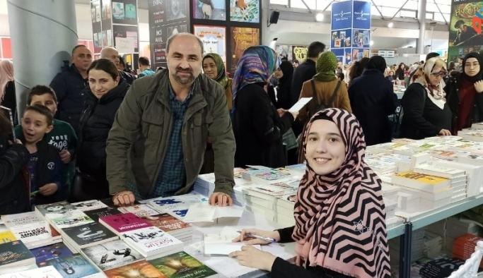 Bursalı yazar 'Küçük Anne' Tuğçe Çakır imza gününde takipçileriyle buluştu