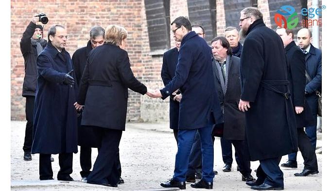 Merkel, Nazi toplama kampını ziyaret sırasında yalpalayıp düşme tehlikesi atlattı