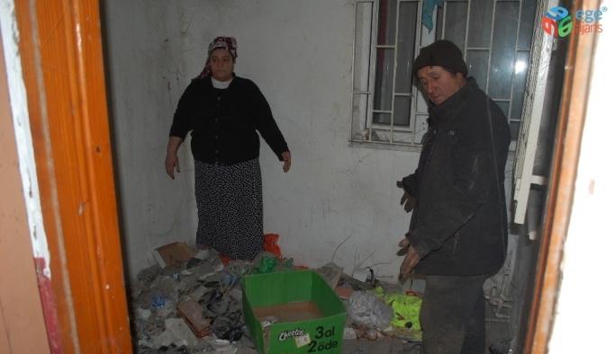 Apartman boşluğuna atılan çöplerden bıkan çift suç duyurusunda bulundu