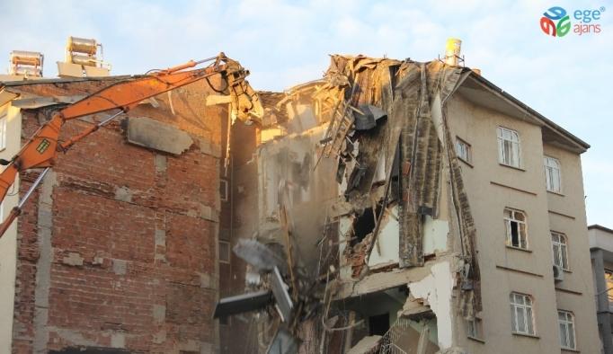 Elazığ'da 11 kişinin öldüğü 2 binanın enkazı kaldırılıyor