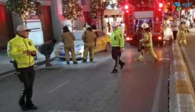 (ÖZEL) Taksim'de ticari taksi yandı, esnaf yangın tüpleriyle müdahale etti