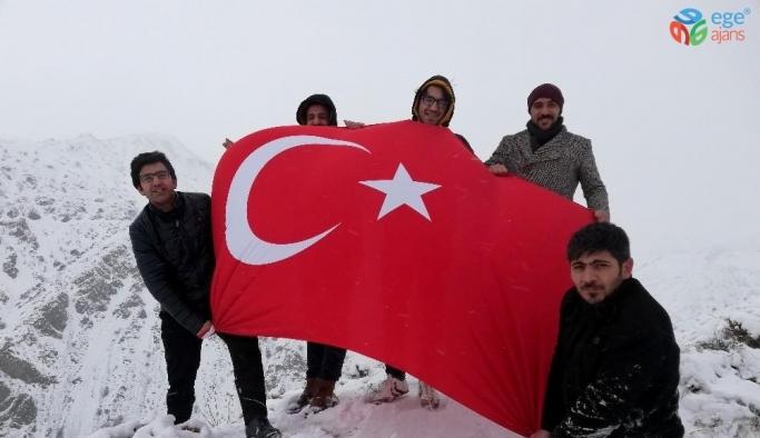 Dalgalandırdıkları Türk bayrağı ile Yunan Vekil Lagos'u kınadılar