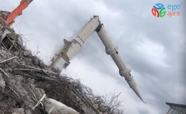 Depremin vurduğu Elazığ'da yıkımlar sürüyor, caminin minaresi böyle devrildi