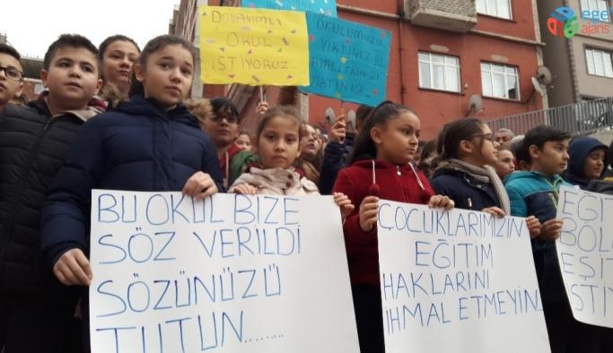 Eski okullarına geçmek isteyen öğrenciler ve velileri eylem yaptı