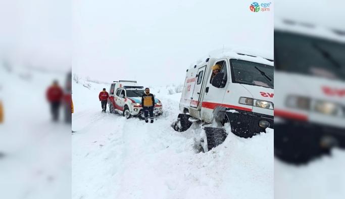 Yolda kalan paletli ambulansı karı elleriyle kazarak çıkardılar