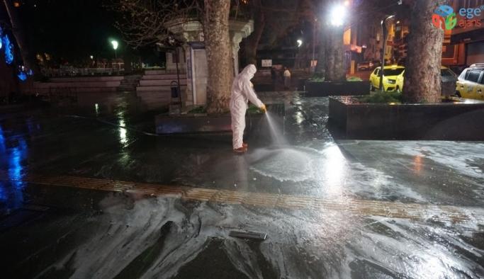 Gece saatlerinde sokakları köpükleyerek yıkadılar