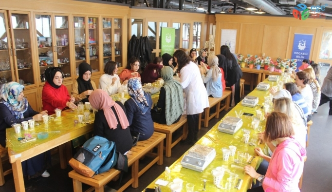 Kadınlar 8 Mart'ta kendi parfüm ve kremlerini ürettiler