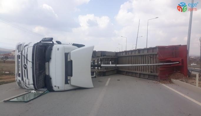 Karaman'da PTS direğine çarpan tır devrildi: 1 yaralı