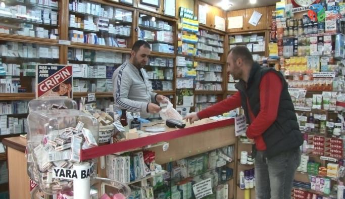 Rize'de eczanelerden Korana virüse karşı 'Sosyal mesafe şeridi' uygulaması