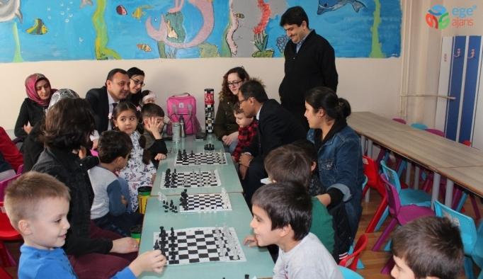 Velileriyle birlikte satranç öğreniyorlar