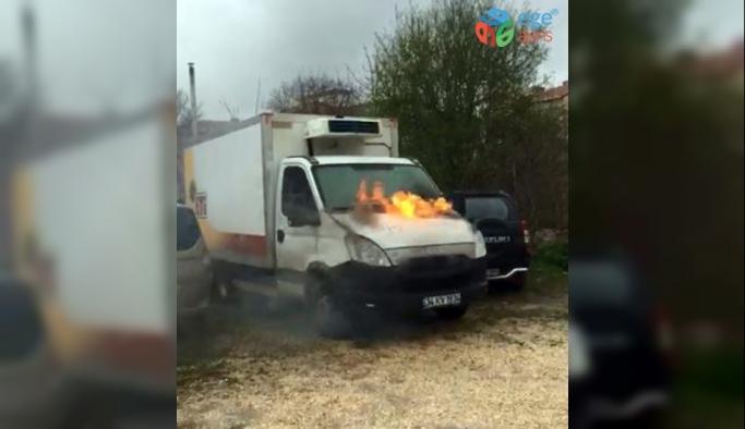 Aküsü patlayan kamyonet alev aldı