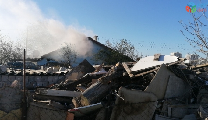 Çıkan yangın 5 kişilik aileyi evinden etti