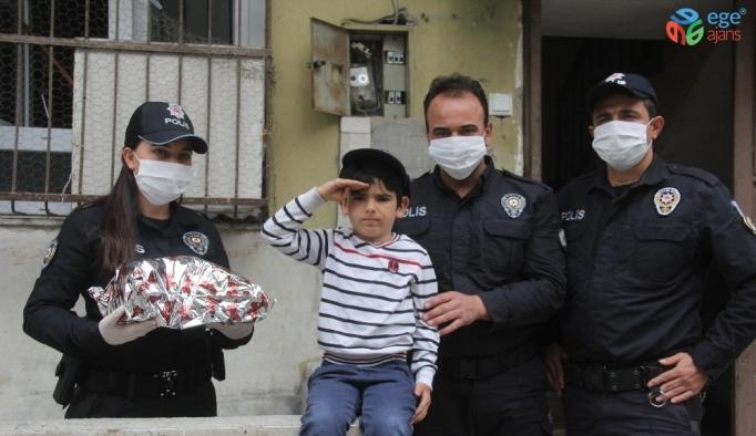 Dedesi polisi aradı, torunu oyuncağı kapıp özel harekat marşını okudu