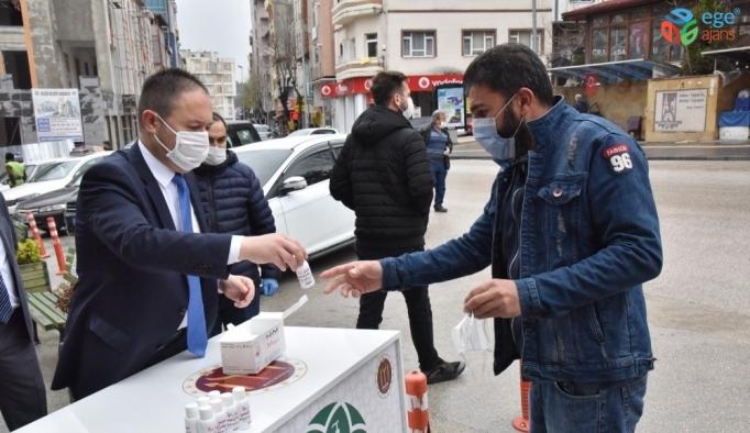 Esnaf ve vatandaşlara ücretsiz maske ve dezenfektan dağıtımı