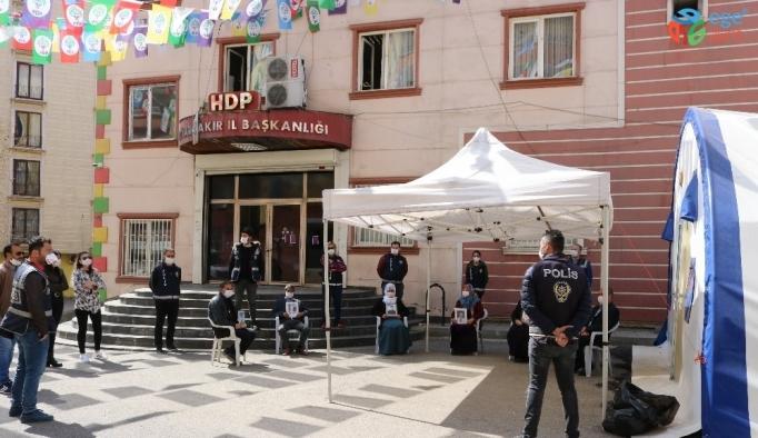 HDP önündeki aileleri korona virüs de yıldırmadı