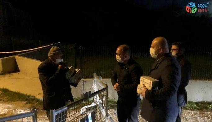 İl Başkanı Karabıyık karantina altındaki mahalle sakinlerine maske götürdü