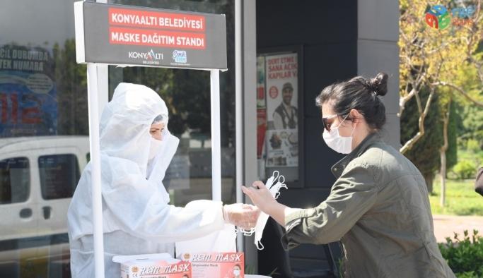 Konyaaltı'nda vatandaşa ücretsiz maske dağıtımı devam ediyor