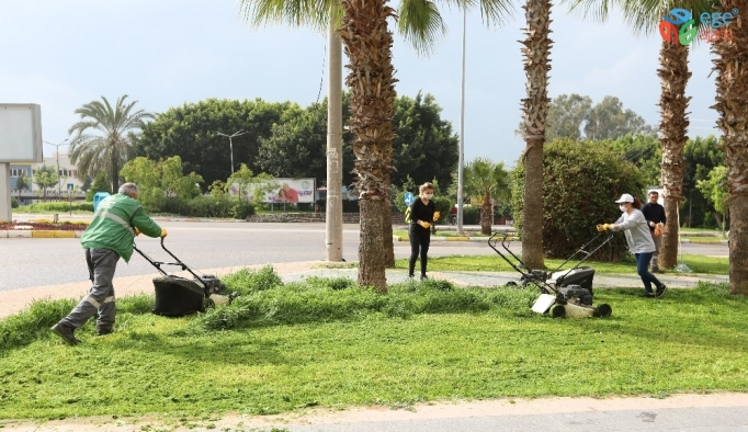 Mezitli'de parklar ve sosyal alanlarda bakım çalışması