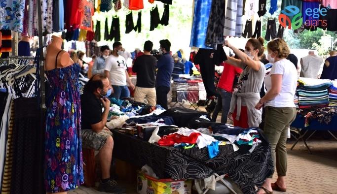 Bornova'da 2.5 ay ertelenen pazara yoğun ilgi