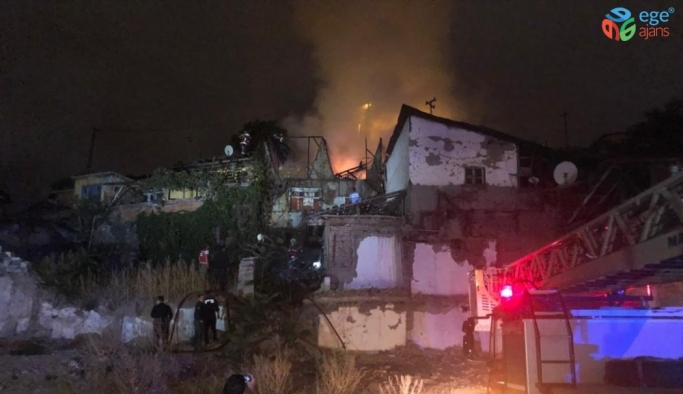 Ankara'da gecekondu yangınına vatandaşlar bahçe hortumuyla müdahale etti