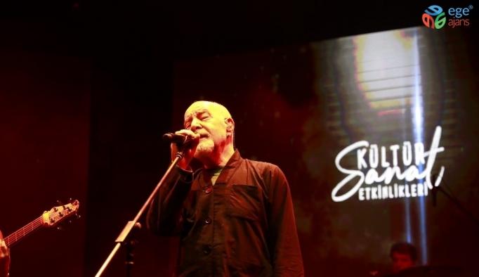 Esenler'de kültür sanat sezonu Mazhar Alanson konseri ile açıldı