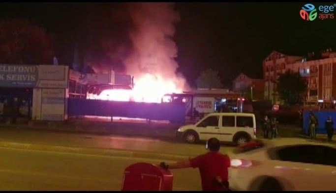 Sancaktepe'de oto yıkama kuaförü alev alev yandı; 1 yaralı