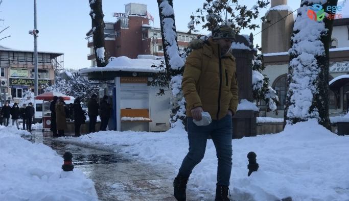 Karda 'penguen yürüyüşü' hayat kurtarıyor
