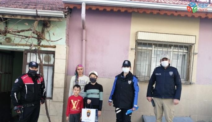 Uşak'ta ihtiyaç sahibi çocuklara tablet dağıtıldı