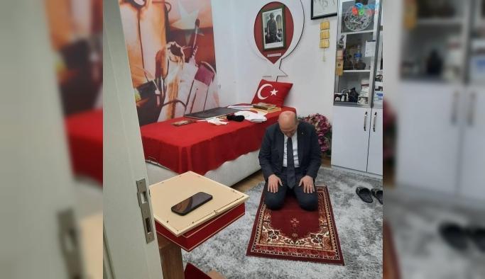 Bakan Soylu, 'Tabuta Sığmayan Şehid'in seccadesinde namaz kıldı