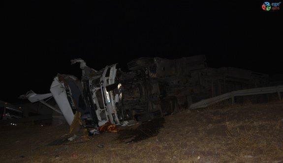 Siverek'te buğday yüklü kamyon ile tır çarpıştı: 1'i ağır 3 yaralı
