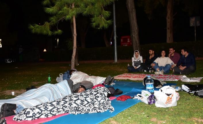 İzmir'de öğrenciler parkta sabahladı: Barınamıyoruz, sokaktayız!