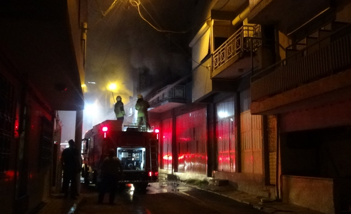 Karabağlar'da 2 katlı mobilya atölyesinde çıkan yangın korkuttu
