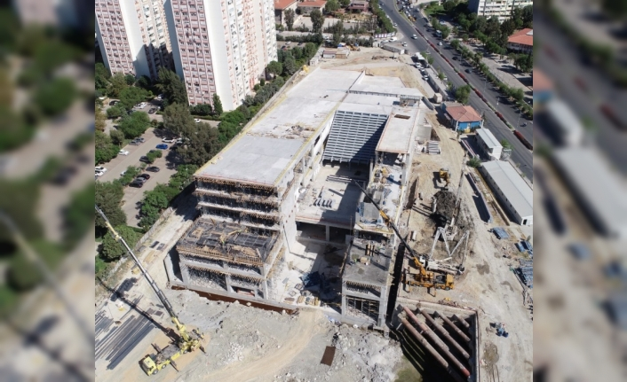İzmir Opera Binası yolu yarıladı!