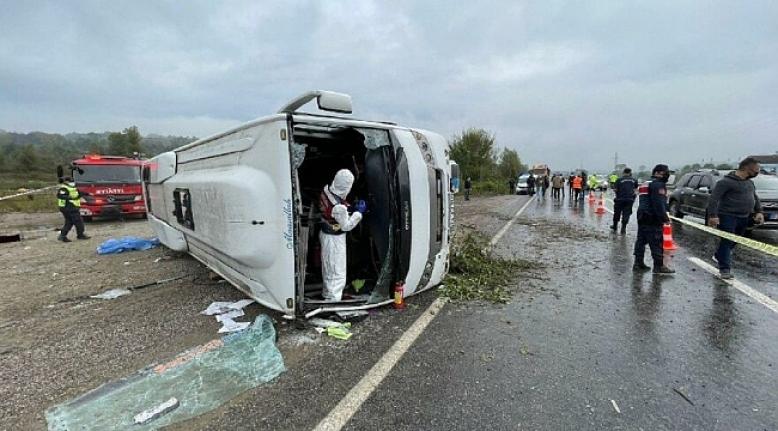 MHP toplantısına giden otobüs devrildi: Ölü ve yaralılar var