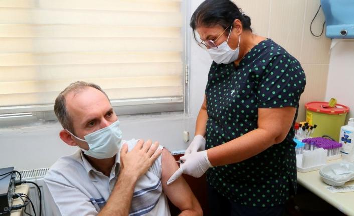 Yerli aşı TURKOVAC İzmir'de gönüllü vatandaşlara ilk kez uygulandı