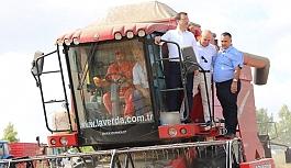 Ekrem İmamoğlu buğday hasadı yapan çiftçileri ziyaret etti