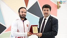 Rektör Sarıbıyık'tan, Dünya Şampiyonu Altun'a teşekkür plaketi
