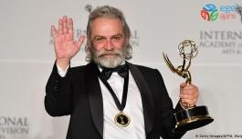 Haluk Bilginer, 47. Uluslararası Emmy Ödülleri'nde Şahsiyet dizisinde göstermiş olduğu performansıyla en iyi erkek oyuncu seçildi.