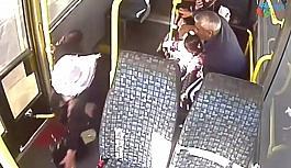(Özel) Minibüsçünün koltuktan düşen yolcuyu hastaneye götürme çabası kamerada