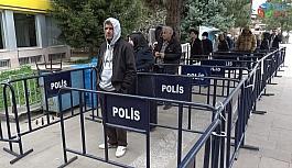 Polis barikatı ile sosyal mesafe önlemi