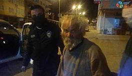 Yaşlı adamı polis ekipleri evine götürdü