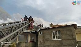 Van'da fırtına çatıları uçurdu