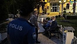 Sokağa çıkma kısıtlamasına uymayanları polis uyardı