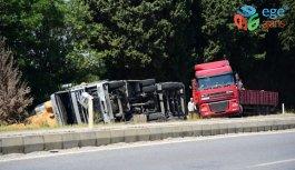 Aydın'da saman yüklü kamyonetin devrilmesi sonucu baba ile oğlu yaralandı