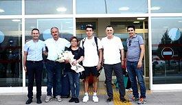 Denizlili milli yüzücü Baturalp, havaalanında çiçeklerle karşılandı