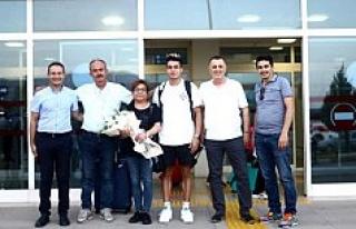 Denizlili milli yüzücü Baturalp, havaalanında...