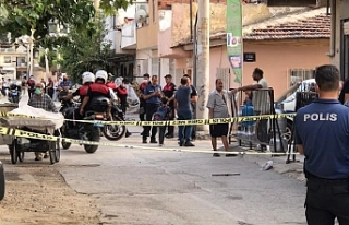 İzmir'de husumetlilerinden aileye silahlı saldırı:...