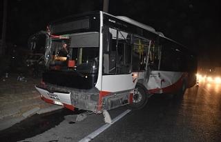 İzmir'de belediye otobüsü ile TIR çarpıştı:...