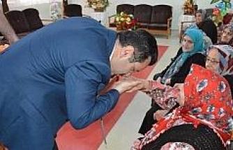 """Başkan Genç, """"Anneler Günü"""" dolasıyla 96 şehit annesi ile 100 yaşını aşan 31 yaşlıya çeşitli hediyeler gönderdi"""