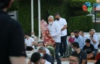 İzmir ve Uşak'ta Kurban Bayramı namazı Kovid-19 tedbirlerine uyularak kılındı
